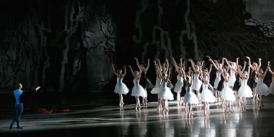 bailarines de ballet  Swan Lake opened the New York City Ballets