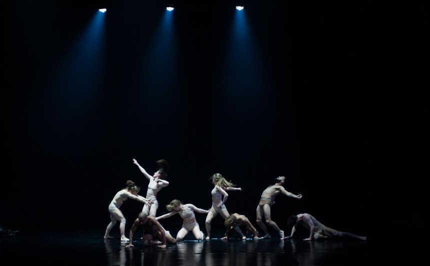 bailarines de ballet  La Iceland Dance Company baila sobre un mundo industrializado en Black Marrow