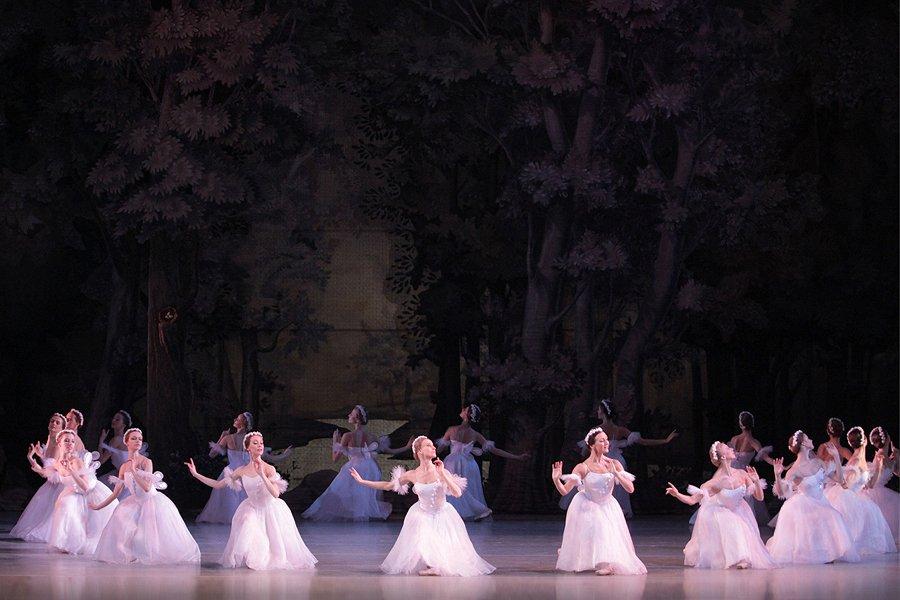 internacional bailarines de ballet  El bailarín Shale Wagman baila La Sylphide en el histórico teatro Mariinsky