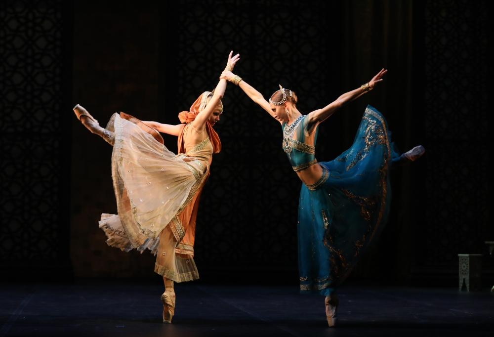 clasica bailarines de ballet  La Bayadère de Nacho Duato para el Teatro Mijáilovski de St. Petersburgo